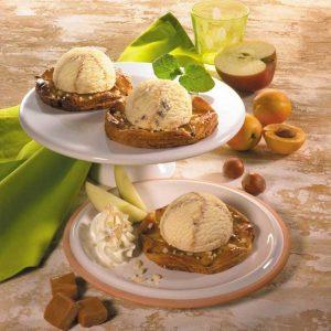Vanille-Karamell Eis auf Apfelküchlein