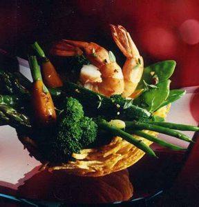 Garnelen und Gemüse im Kartoffelkörbchen