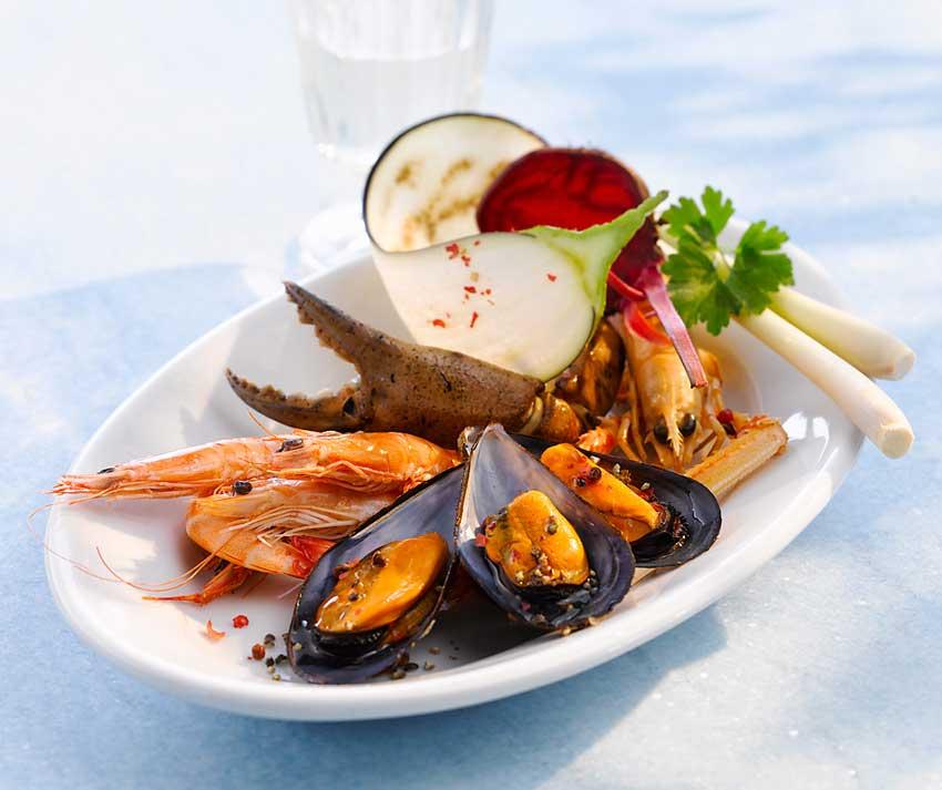 Gemischte Meeresfrüchte im Zitronengras-Sud